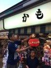 仲見世商店街・各店舗軒先の提灯 電球交換の様子(3)