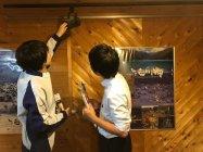 「世界遺産・白川郷」でのLED電球への交換シーン(1)(写真右:村役場ご担当)