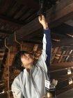 「世界遺産・白川郷」でのLED電球への交換シーン(2)