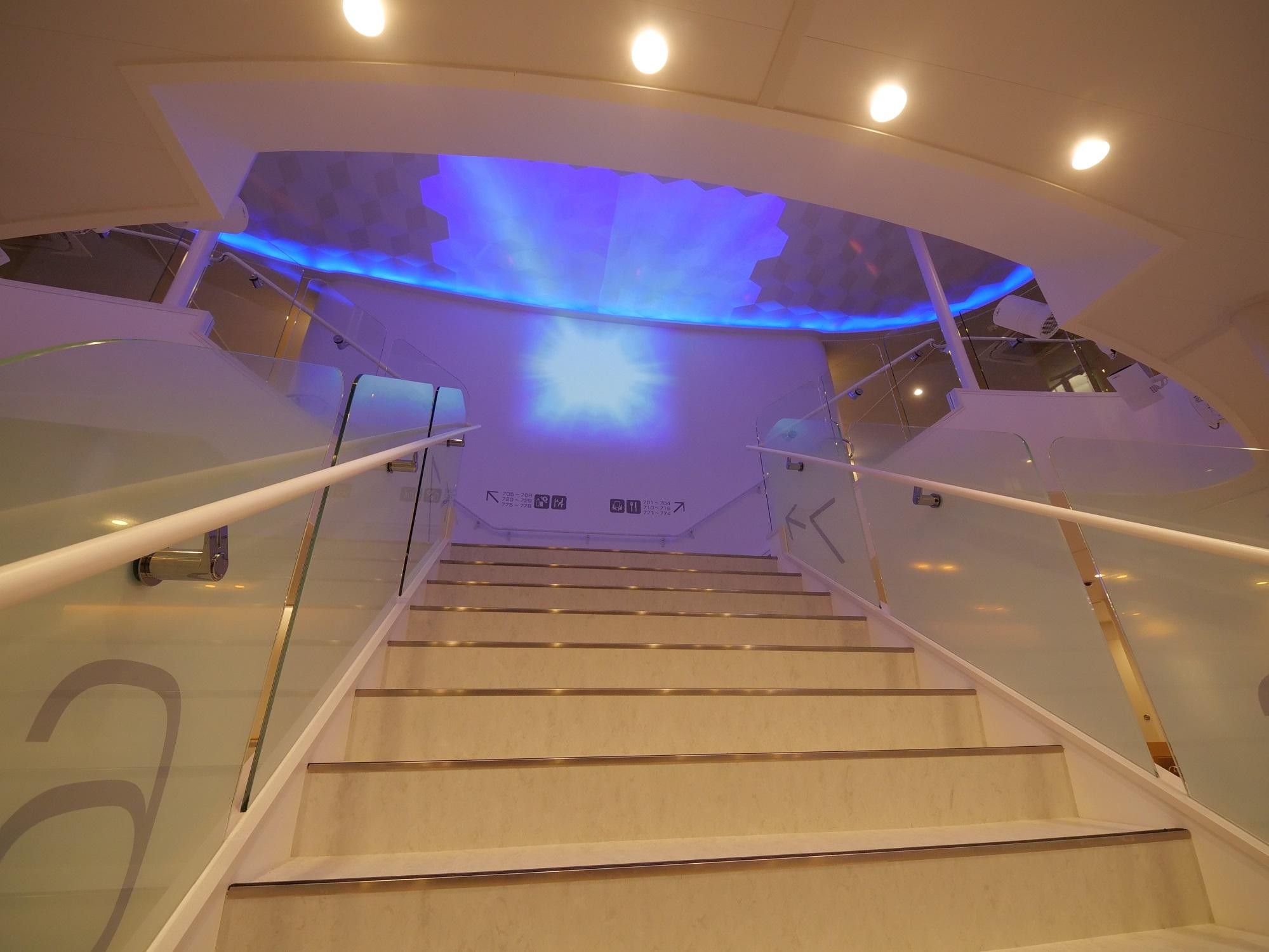 中央階段(太平洋フェリー 新造船ニュー「きたかみ」)