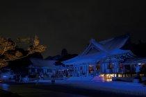 法多山尊永寺 本堂が均一に染まるようにライトアップ