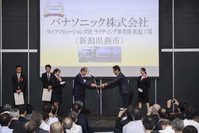 パナソニック ライフソリューションズ社 ライティング事業部 新潟工場が「スマートファクトリーAWARD2019」を受賞