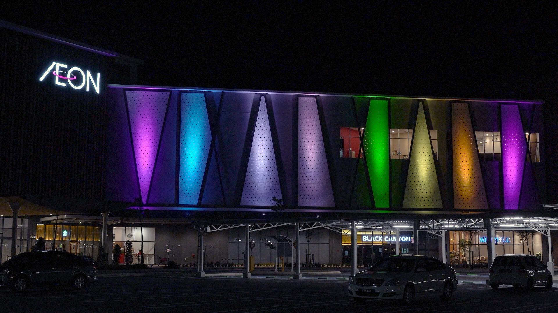 LEDフルカラー投光器で演出されたマレーシアの「イオンモール ニライ」