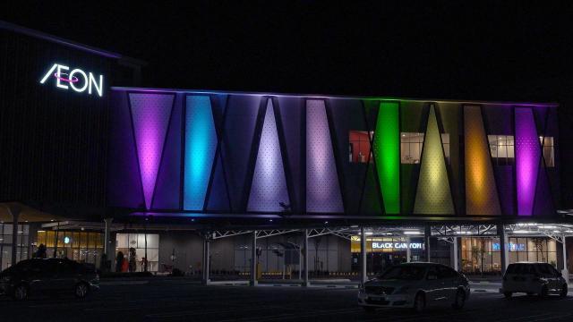 マレーシアのイオンモールを、パナソニックのLEDフルカラー投光器が演出