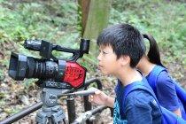 写真1 「キッド・ウィットネス・ニュース(KWN)」映像を撮影する子どもたち