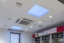 北海道信用金庫のATMコーナーに設置された「天窓照明」(青空を演出)1