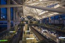 「高輪ゲートウェイ」駅の大屋根をコンコース内部から柔らかく照らし上げる