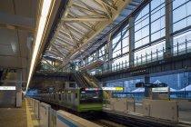「高輪ゲートウェイ」駅のホームに設置された、PLCによるホーム用調光調色照明器具