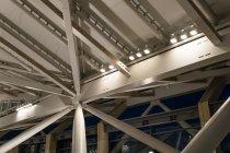 「高輪ゲートウェイ」駅コンコース内の床面を照らす、大屋根の梁に設置された照明器具