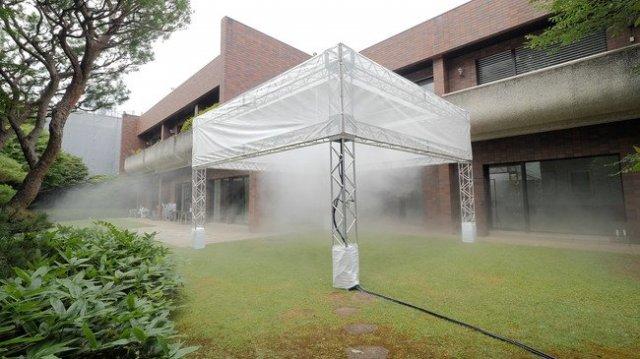 世界初、2流体ノズルのミストでインスタレーションと暑さ対策の同時実証を実施