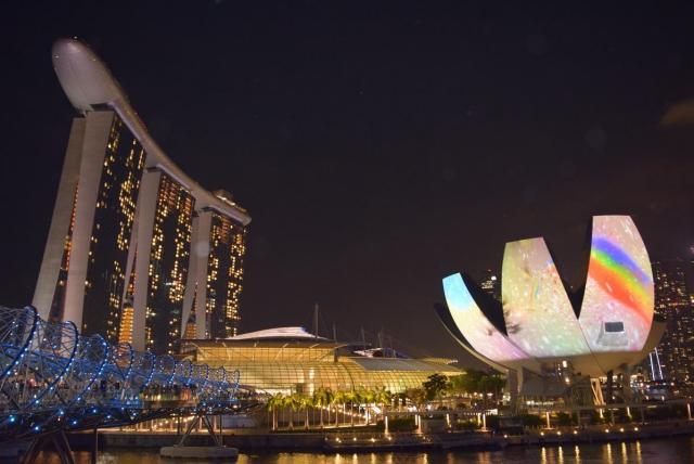 シンガポール マリーナベイ・サンズの光の祭典で活躍するプロジェクター