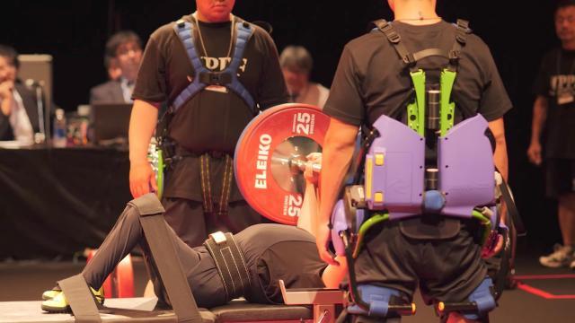 「2017 パラ・パワーリフティング ジャパンカップ」で、パワーアシストスーツがプレート着脱補助スタッフの負担軽減に貢献