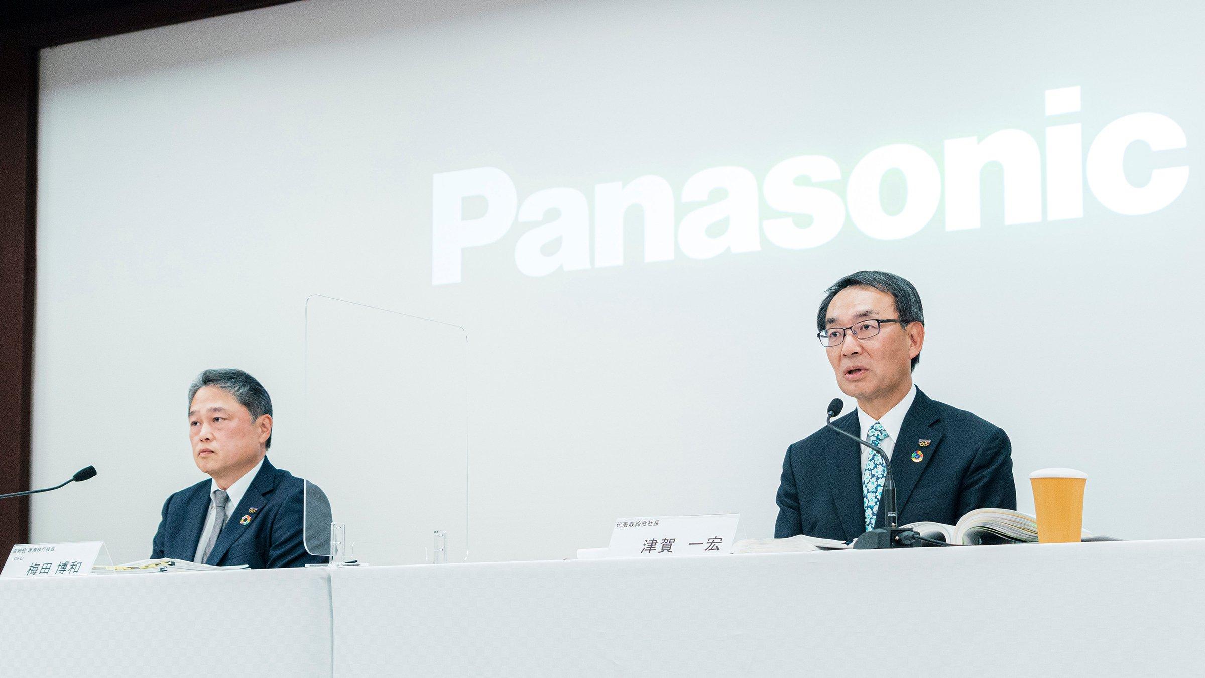 写真:オンライン会見で2020年度決算内容を説明する社長の津賀(写真右)、CFOの梅田