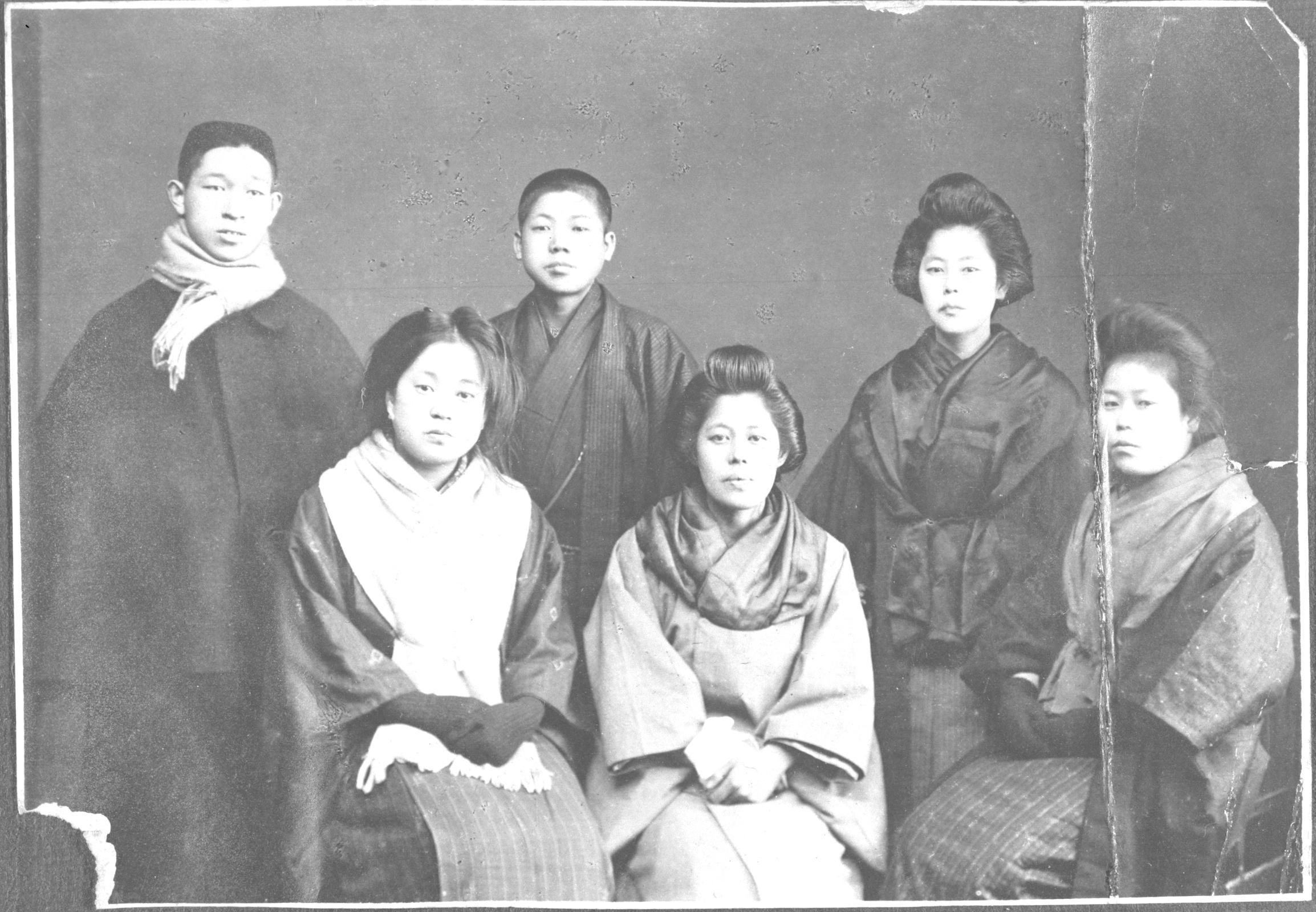 創立翌年となる1919年(大正8年):(後列左から)松下幸之助、義弟・井植歳男、妻・松下むめの