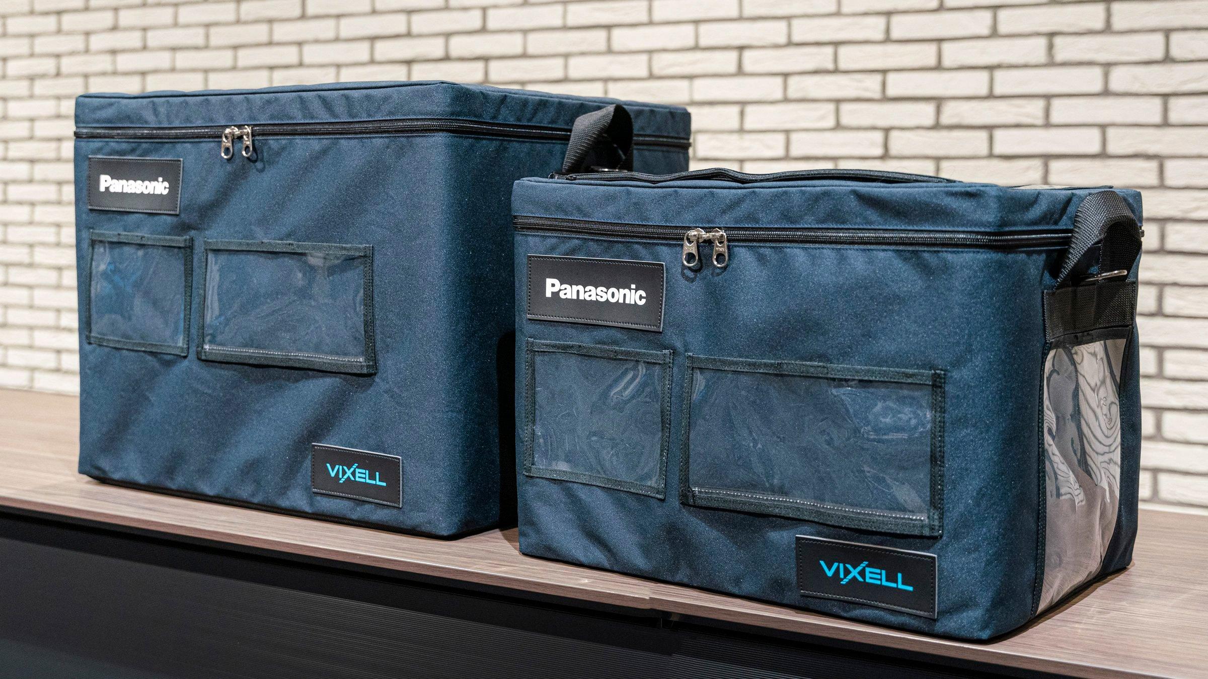 写真:真空断熱保冷ボックス「VIXELL」。左がType-L、右がType-S。