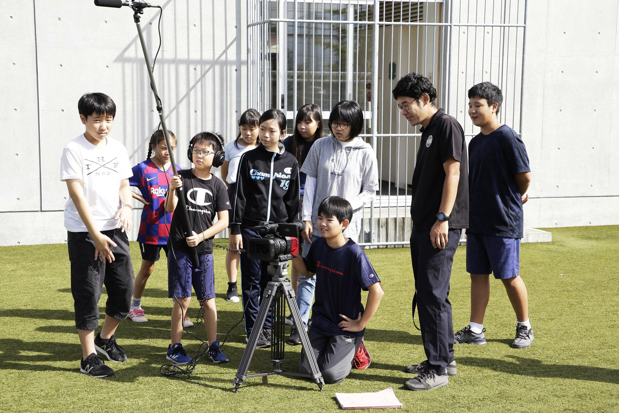 写真:「キッド・ウィットネス・ニュース(KWN)」に参加し映像制作に取り組む子どもたちの様子