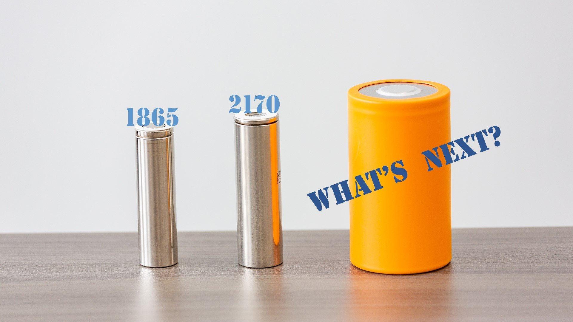 写真:左から1865、2170、そして次世代大型の円筒形車載電池のモック