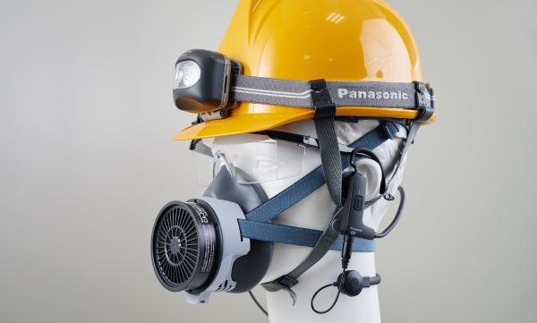 写真:トンネル工事の現場では、ヘルメット、防護メガネ、粉塵対策用のマスクとフル装備で作業を行っている