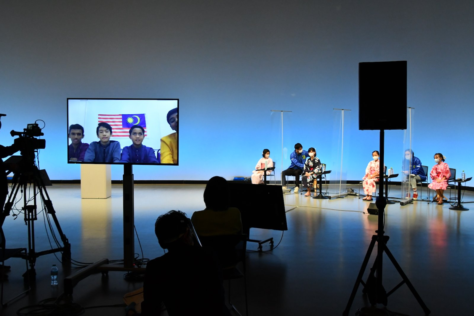 写真:スタジオ風景。各国をオンラインで結び開催