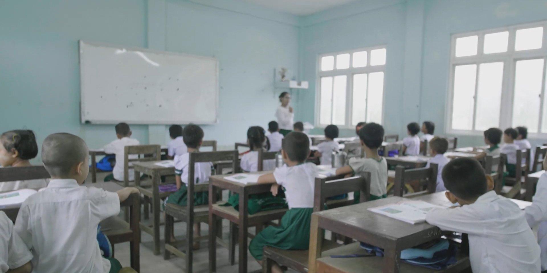 写真:ディーゼル発電機の代わりに当社のソーラーシステムの電気を使い始めたミャンマーの学校。