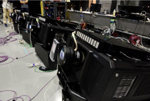写真:1年前セレモニーのオープニングパフォーマンスで使用された4台の高速プロジェクター