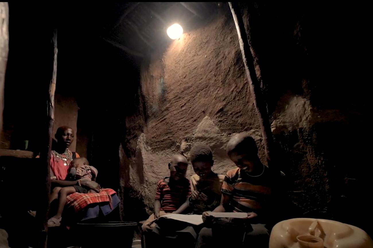 写真:ソーラーランタンのあかりを使用するマサイ族の家。