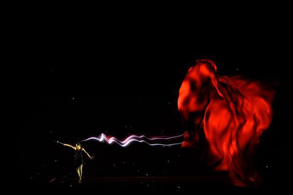 写真:1年前セレモニーのオープニングパフォーマンスの様子。まるでダンサーが合わせているかのような高速追従プロジェクションマッピング