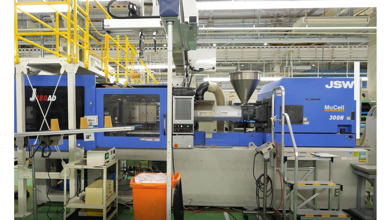 写真:高濃度セルロースファイバー成形材料を活用したリユースカップ 成形機