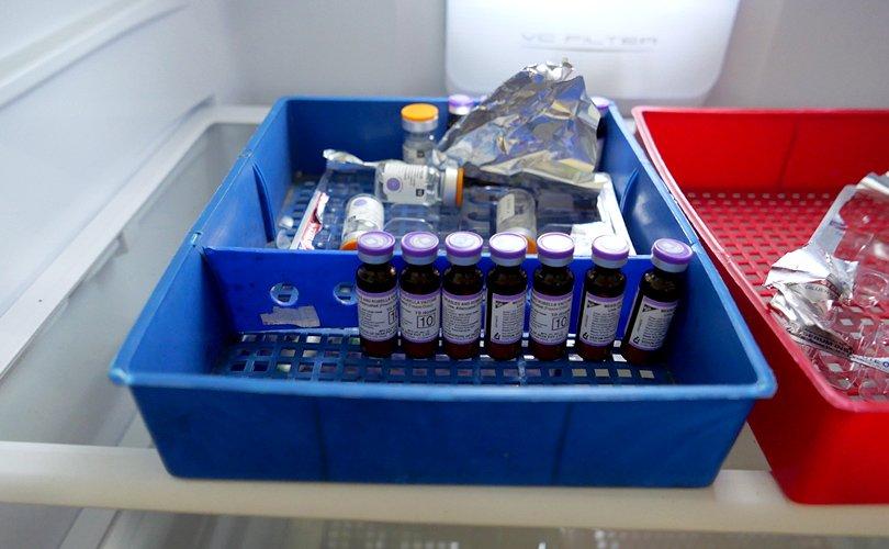 写真:診療所で冷蔵庫で保管されているワクチン。