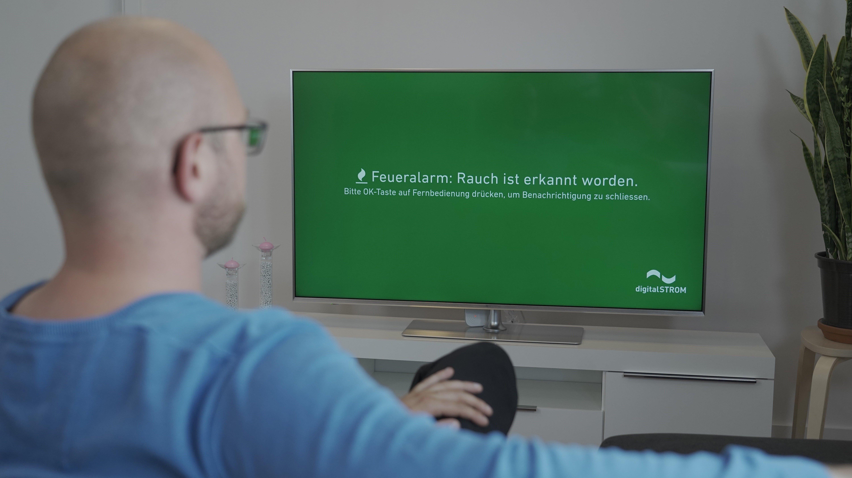 写真:緊急時の情報をテレビに表示しているイメージ