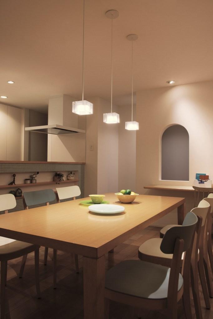 明るさに合わせ、心地よい光色に変化、シンクロ調色LED照明 品種拡充