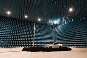 5G搭載車の通信性能を車両丸ごと測定可能な大型電波暗室を構築